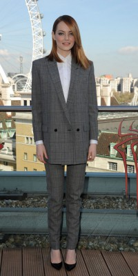 Emma Stone se taille un costume à la perfection pour le photocall de Spiderman 2 !
