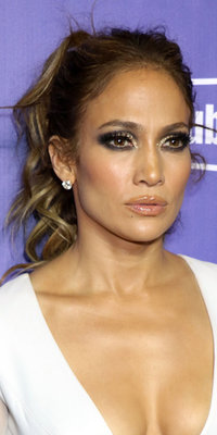 Jennifer Lopez : regard charbonneux et pailleté, bouche nude… Un beauty look de bomba !