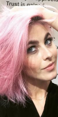 Julianne Hough, elle aussi succombe à la pink attitude !