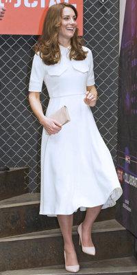Kate Middleton : robe blanche évasée et escarpins assortis pour un look chic et frais !