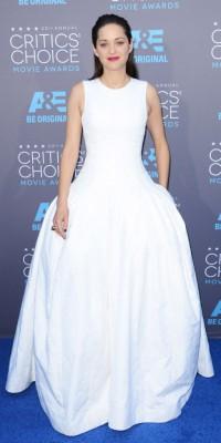 Marion Cotillard VS Rosamund Pike : qui porte le mieux la robe virginale ?