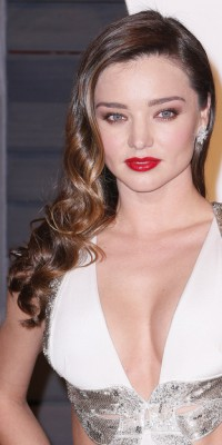 Miranda Kerr : on copie son side hair wavy et sa bouche intense !