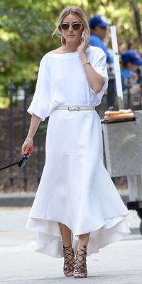 Olivia Palermo : encore une jupe midi pour ce look immaculé !