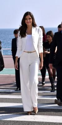 Paulina Vega : on craque sur le tailleur blanc super classe de Miss Univers !