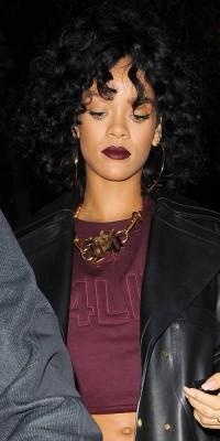 Rihanna : comme elle, on mise sur le volume et sur des lèvres sombres pour un beauty look dark et sauvage !