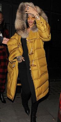 Rihanna : maxi doudoune moutarde, on est complètement fan de son look !