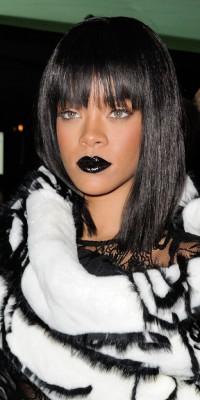 Rihanna : regard de biche et bouche dark... Toujours aussi audacieuse côté beauty look ! !