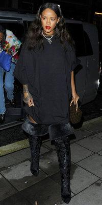 Rihanna : tenue noire et lèvres rouges pour un look street chic !