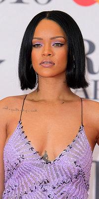 Rihanna : regard parme et bouche glossée, le beauty look à copier d'urgence !