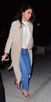 Selena Gomez : manteau long et jeans, on est dingue de son look casual !