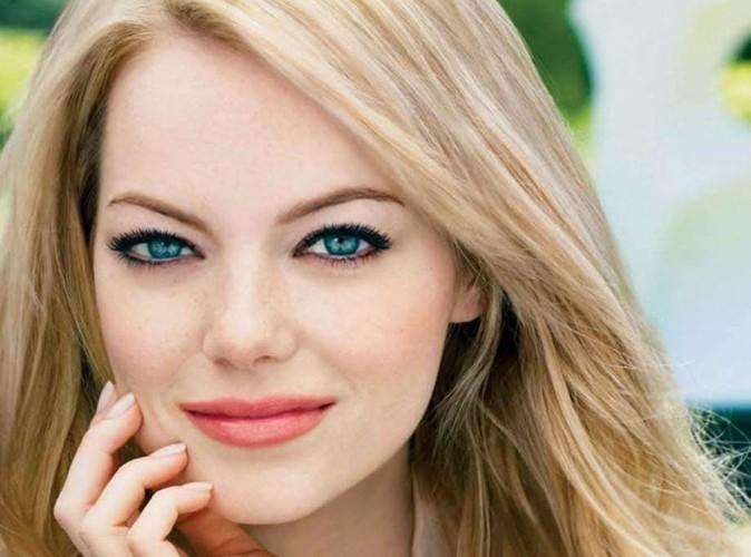 Beauté : Emma Stone n'hésite pas à se moquer d'elle dans sa nouvelle campagne pour Revlon !