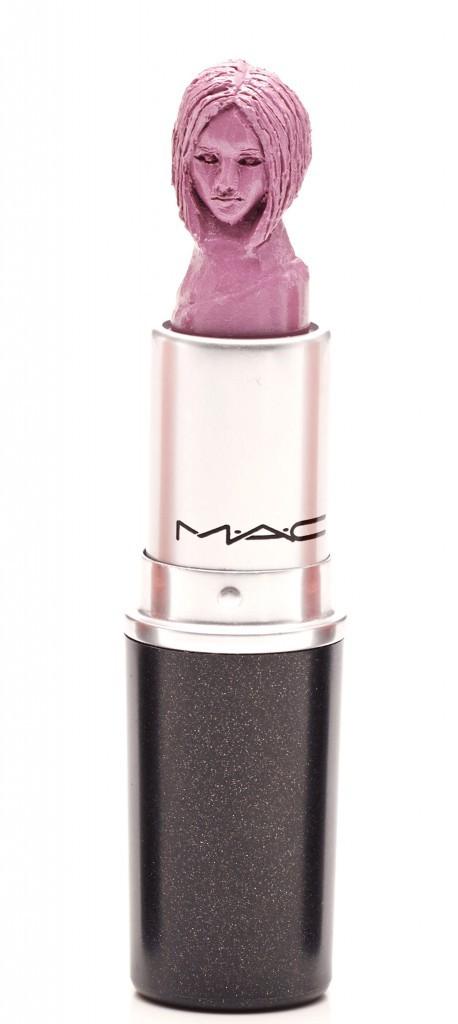 Victoria Beckham sculptée dans un tube de rouge à lèvres