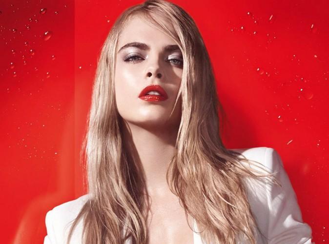 Cara Delevingne voit la vie en rouge pour Summer Splash d'Yves Saint Laurent !