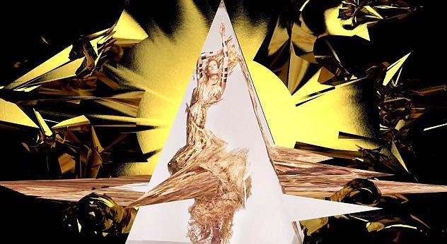 Karlie Kloss pose dans une sublime robe dorée