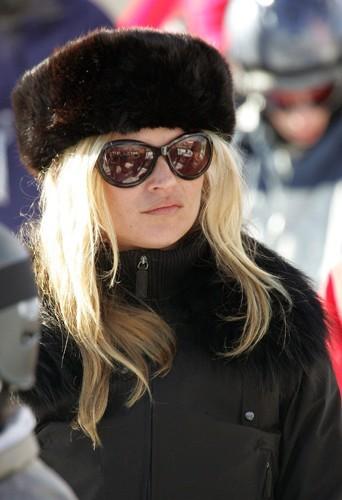 Kate Moss à Aspen avec de la fourrure sur la tête.