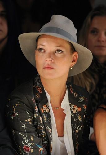 Kate Moss garde son chapeau même au défilé Topshop.
