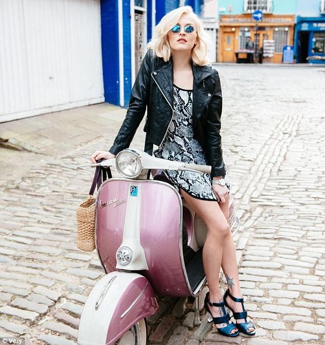 Fearne a l'âme d'un biker et nous prouve qu'on peut être rock n' roll, sur une Vespa !
