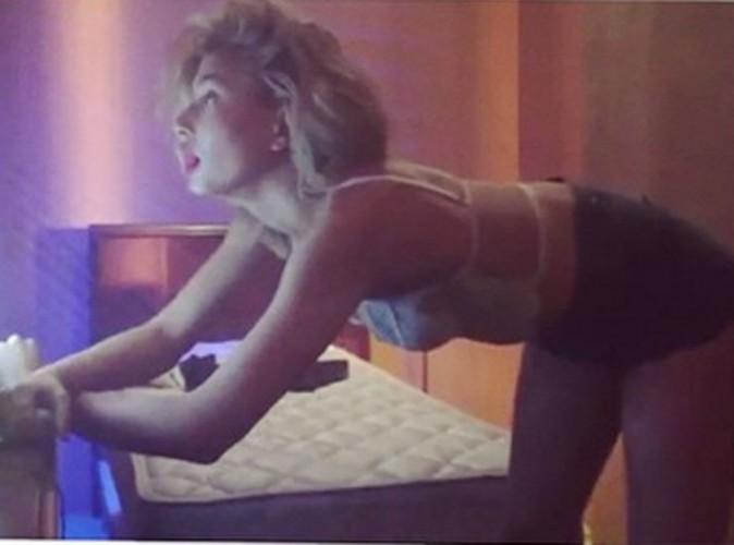 Mode : Hailey Baldwin : se déhanche dans la chambre d'un motel, pour l'Avent de Love Magazine !