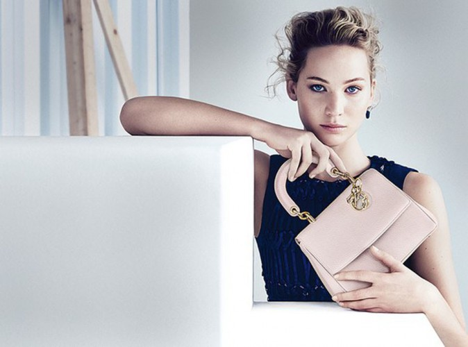 Mode : Jennifer Lawrence : douce égérie Dior, elle dévoile ce qu'elle cache dans son sac !