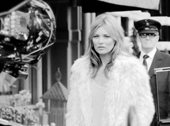 Mode : Kate Moss : bottée et en mini-jupe, elle fait tourner les têtes pour Stuart Weitzman !