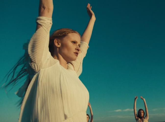 Mode : Lara Stone en gourou angélique pour le dernier clip de Black Keys !