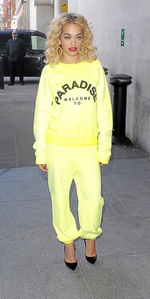>> Leçon 1 : Rita Ora :  Du fluo sans modération et une confiance accrue en soi et en sa capacité à l'assumer.
