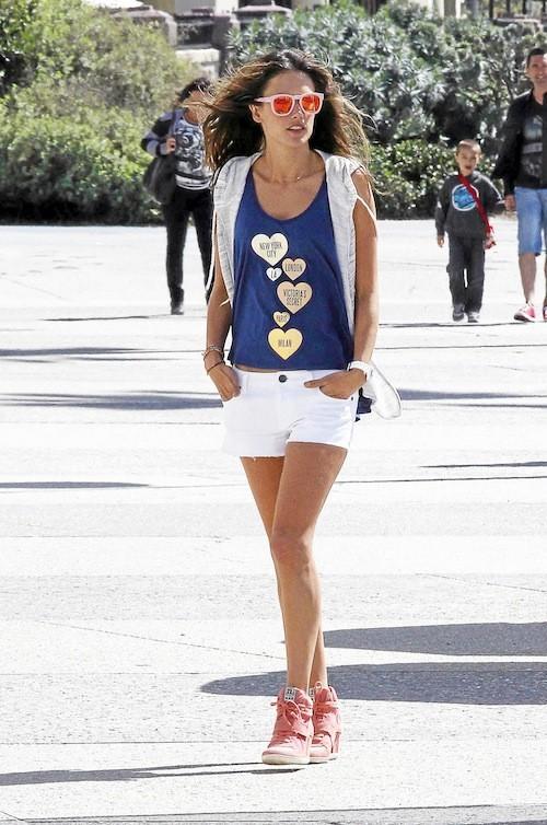 >> Leçon 2 : Alessandra Ambrosio : Des cœurs en veux-tu en voilà, comme un signe de ralliement.