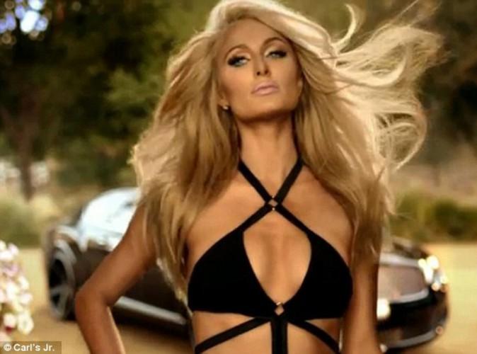 Mode : Paris Hilton et Hannah Ferguson : divines et rivales pour un deuxième croc avec Carl's Jr, la marque de hamburger !