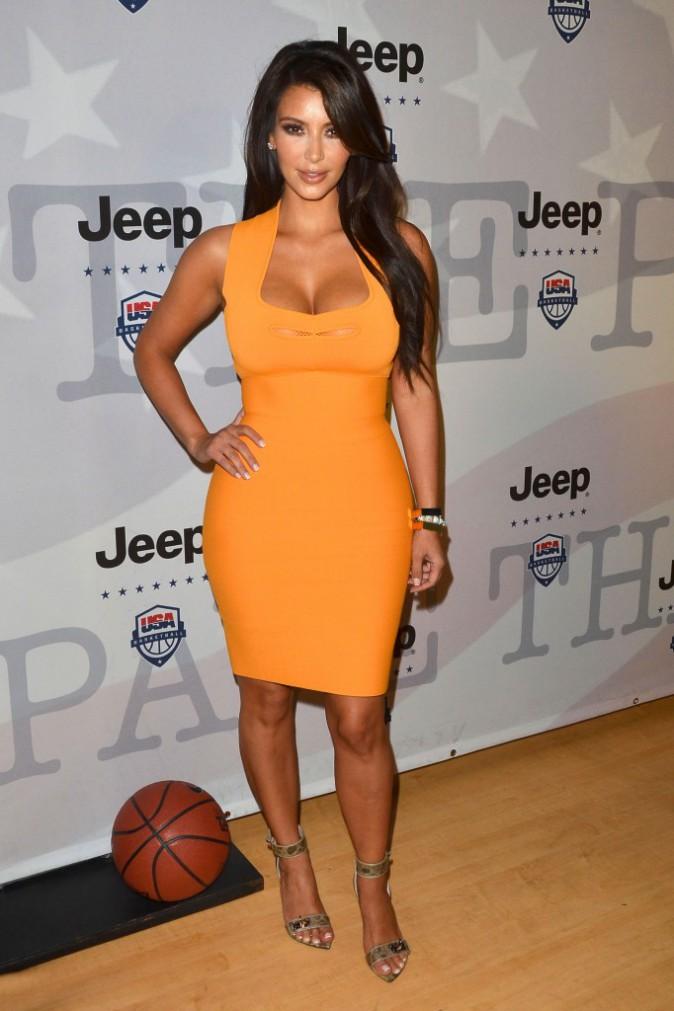 Kim Kardashian porte une robe cintrée et vitaminée de Roland Mouret