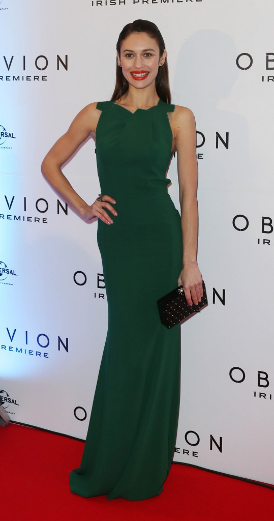 Olga Kurylenko dans une robe Roland Mouret
