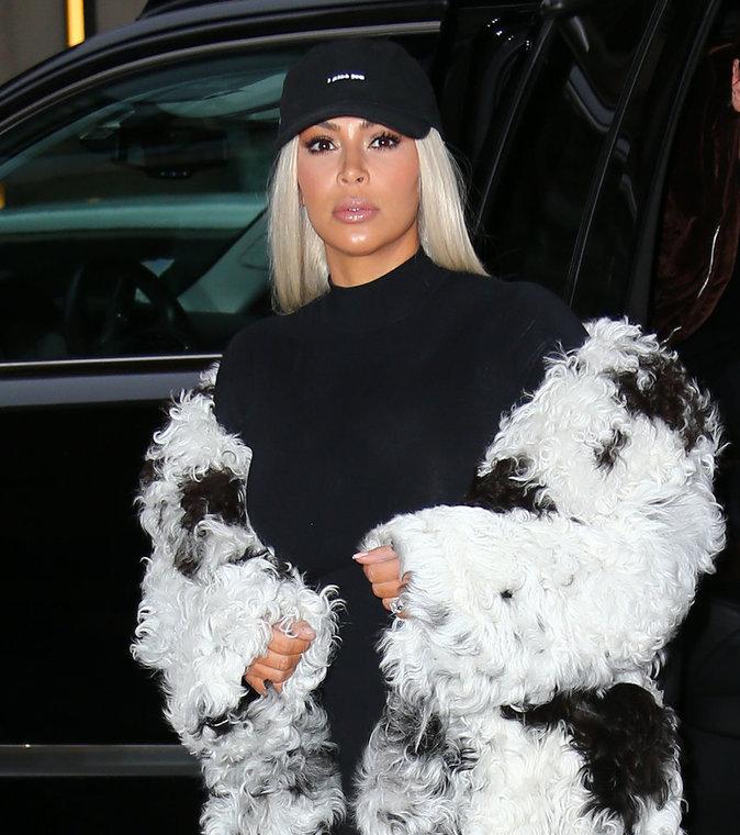 Kim Kardashian a opté pour la fourrure et la casquette