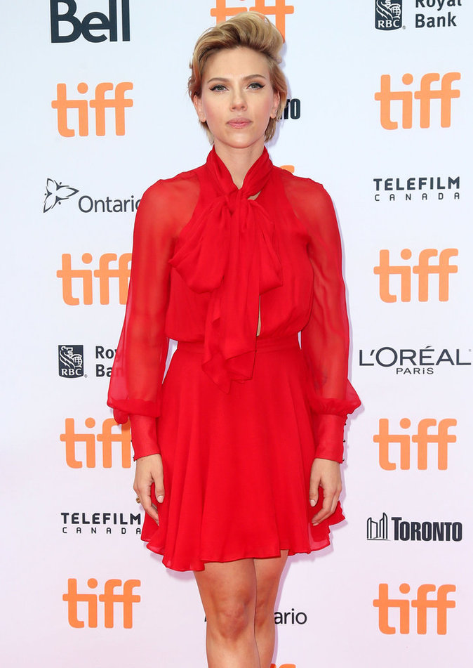 Scarlett Johansson dans une robe rouge Haney