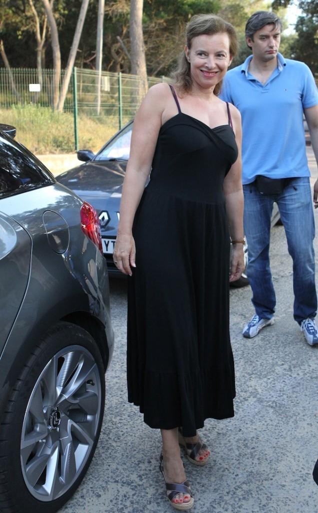 En petite robe noire, elle est radieuse !