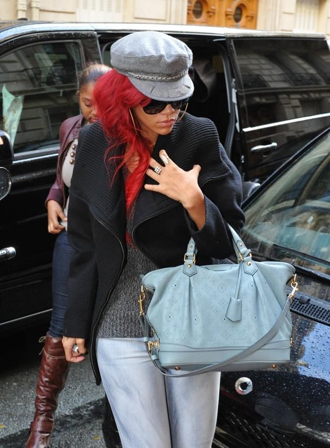 On aime son sac Louis Vuitton et son béret gris !
