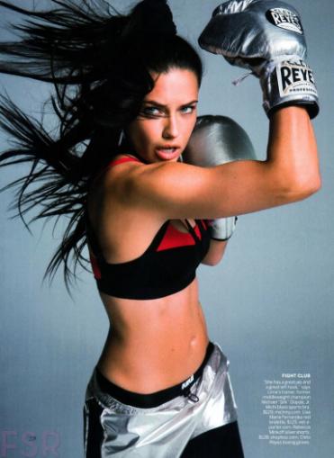 Adriana Lima, archi sexy avec son crochet du droit !