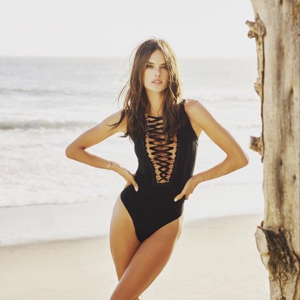 Alessandra Ambrosio, sexy avec son maillot de bain Givenchy pour L'Officiel