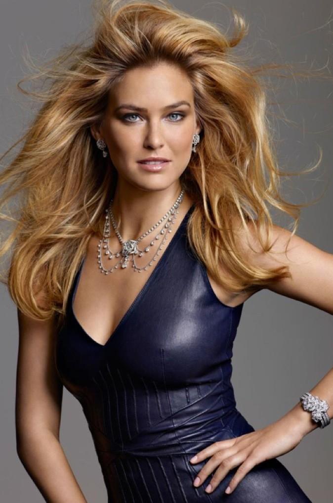 Robe en cuir et cheveux dans le vent, Bar Rafaeli porte divinement bien les bijoux Piaget !