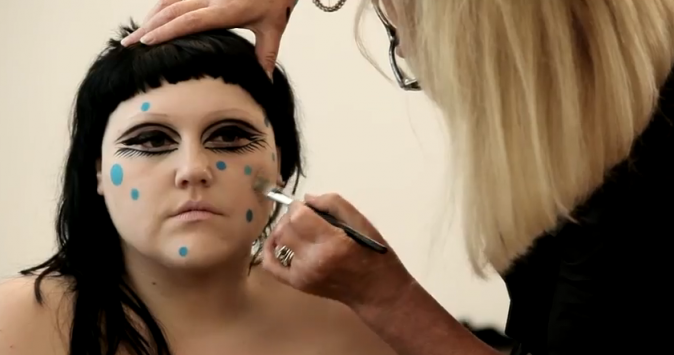 Beth Ditto dans le making-of de son shooting pour M.A.C
