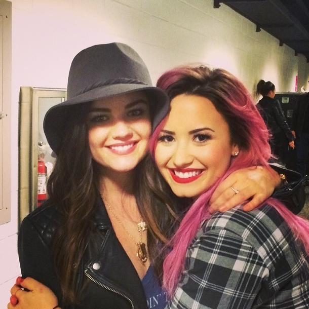 Demi Lovato et son amie Lucy Hale avant que son chemin ne croise celui d'un rasoir !