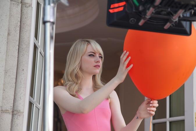 Emma Stone dans les backstages de la campagne Revlon !