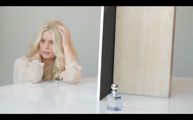 Jessica Simpson prend la pose dans le making-of de la campagne de son nouveau parfum !
