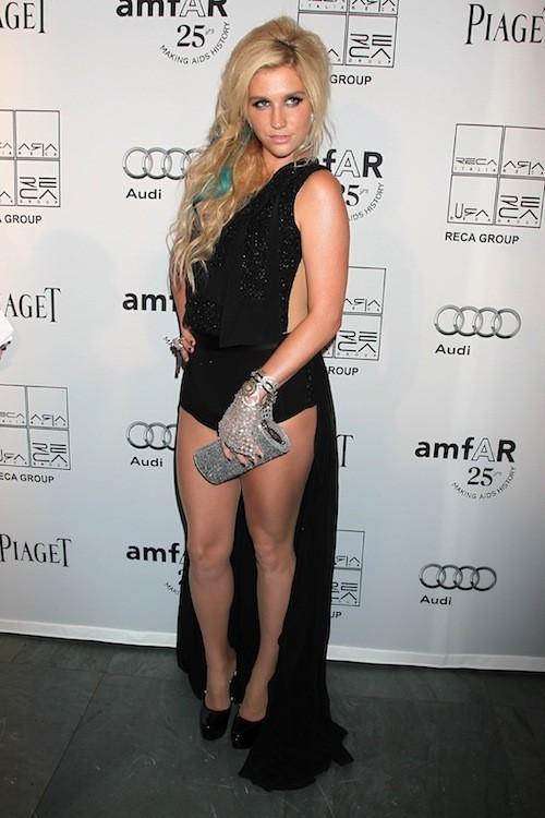 Ke$ha… elle montre ses jambes en toutes circonstances !