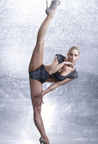 Kimberly Wyatt dans un décor de glace nous montre son agilité.