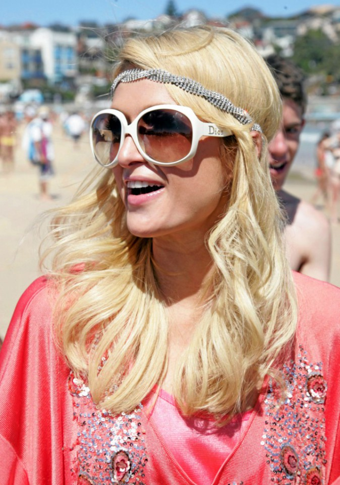 À éviter : Le headband à paillette de Paris Hilton