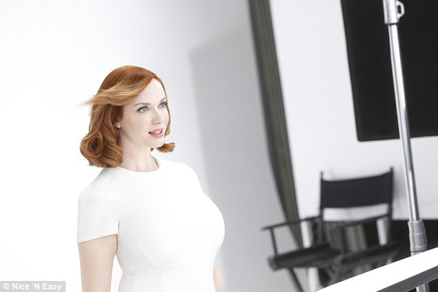 Beauté : Photos : Christina Hendricks et sa chevelure flamboyante enflamment la campagne Nice'n'easy !