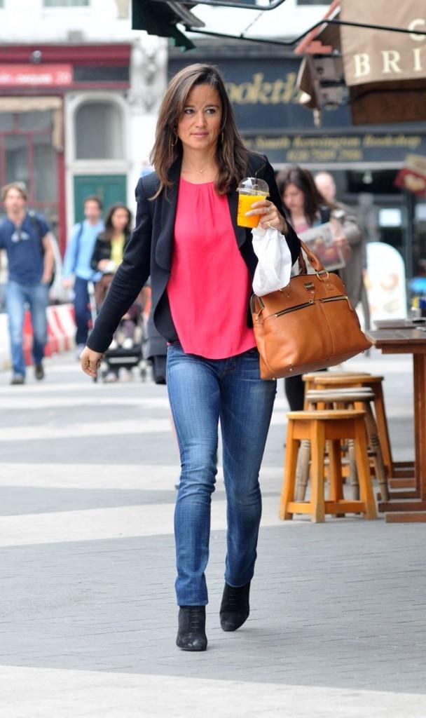 Dans les rues de Londres, Pippa est moins bronzée, normal c'est Londres!