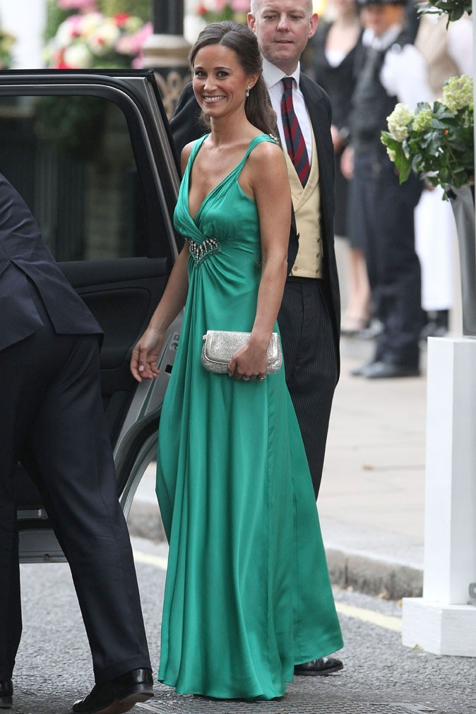 Un corps bronzé magnifique dans sa robe longue émeraude