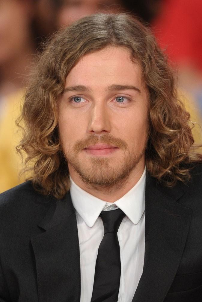 Les cheveux mi-longs de Julien Doré !