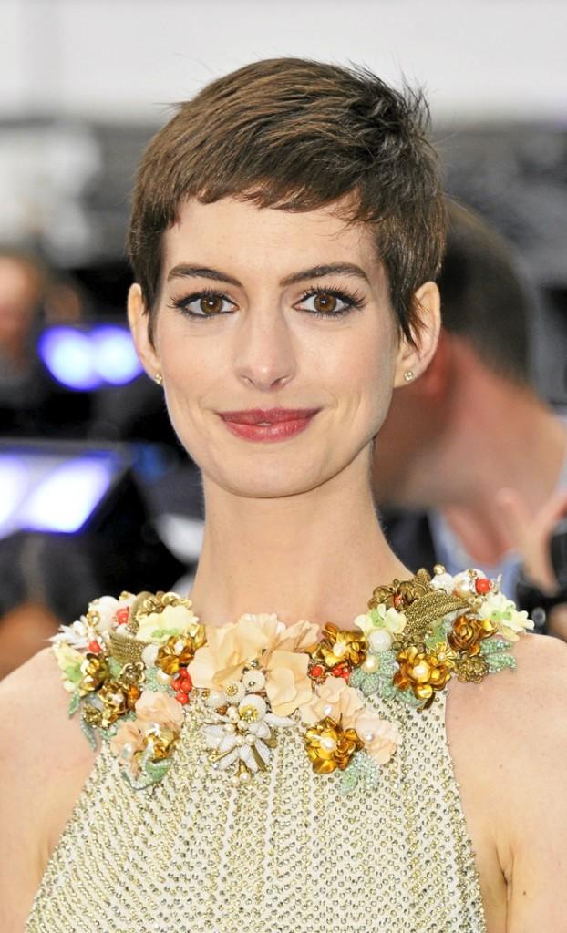 Anne Hathaway : la coupe garçonne