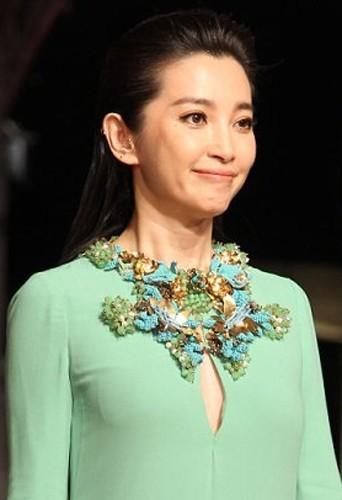 Bingbing Li opte pour un look modeste lors des Golden Horse Awards.